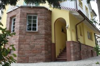Erkerverkleidung auf Vollwärmeschutz, Ecksteine 135° + Abdeckplatten + Fensterbänke + Fensterumrandung, Eckprofile am Eingang, runde Zierleiste am Eingang, Farbe 'Speyer'
